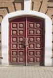 portas de madeira maciças de uma casa do tijolo fotografia de stock