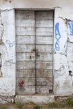 Portas de madeira muito velhas na construção abandonada em greece com padloc Fotografia de Stock