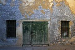 Portas de madeira velhas e duas janelas grating imagem de stock