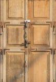 Portas de madeira velhas e fechamento chave Imagens de Stock Royalty Free