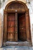 Portas de madeira velhas na cidade de pedra, Zanzibar fotos de stock