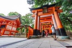 Portas de Torii com povos borrados foto de stock