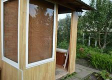 Portas de vidro e Windows em uma varanda de madeira Entrada à casa de campo Imagens de Stock