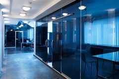 Portas de vidro no escritório novo fotos de stock royalty free