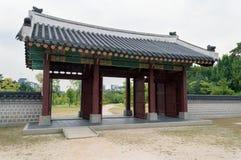 Portas dentro das terras do palácio de Gyeongbokgung fotografia de stock royalty free