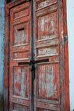 Portas descascadas de madeira vermelhas velhas Foto de Stock Royalty Free