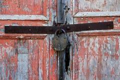 Portas descascadas de madeira vermelhas velhas Imagem de Stock