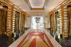 Portas do elevador e árabe do al de Burj do hotel do corredor, Dubai fotos de stock royalty free