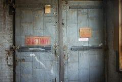 Portas do elevador na construção velha Fotografia de Stock Royalty Free