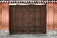 Portas do metal com elementos forjados na casa de campo imagens de stock royalty free