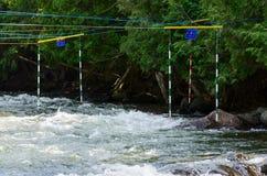 Portas do slalom em um curso do whitewater Foto de Stock Royalty Free