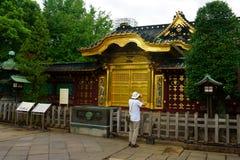 Portas douradas do templo famoso do santuário de Toshogu no parque de Ueno Porta do estilo chinês de Karamon imagem de stock