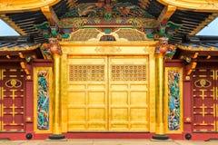 Portas douradas do templo famoso do santuário de Toshogu no parque de Ueno no Tóquio, Japão fotos de stock