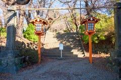Portas e escadas na entrada antes de ir encontrar o pagode de Chureito foto de stock royalty free