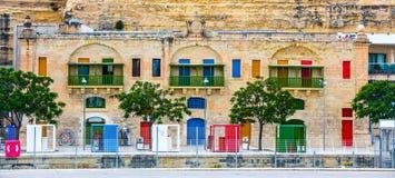 Portas e janelas coloridas na terraplenagem de Valletta Fotos de Stock Royalty Free