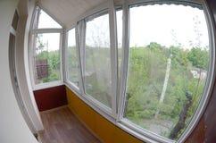 portas e janelas do Metal-plástico na loggia ou no balcão Foto de Fisheye fotos de stock royalty free