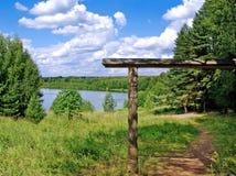 Portas e passagem de madeira perto do lago Svetloyar Fotos de Stock Royalty Free