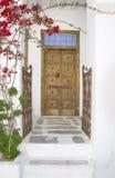 Portas e porta velhas com flores de florescência fotografia de stock royalty free