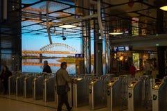 Portas e registro na estação de trem de Amsterdão Imagens de Stock
