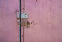 Portas fechados Trava de porta velha O mecanismo de travamento na porta velha fotografia de stock