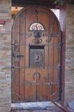 Portas forjadas e de madeira fotografia de stock