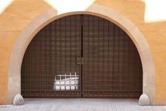 Portas forjadas velhas do dobro do metal para a entrada de orcars dos povos na jarda fechado imagens de stock