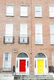 Portas Georgian coloridas em Dublin (vermelho, amarelo) Imagem de Stock Royalty Free