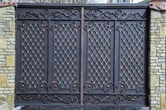 Portas magníficas do ferro forjado, forjamento decorativo, close-up forjado dos elementos fotografia de stock