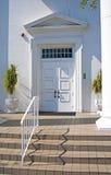 Portas ou entrada branca de uma igreja nova Fotos de Stock