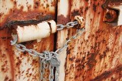 Portas oxidadas acorrentadas e padlocked Foto de Stock