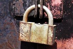 Portas oxidadas do metal do cadeado do vintage Foto de Stock