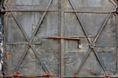 Portas oxidadas velhas fechados foto de stock royalty free