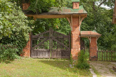 Portas podres e porta do vintage de madeira Imagens de Stock Royalty Free
