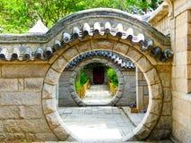 Portas redondas de pedra na montanha de Laoshan em Qingdao foto de stock royalty free