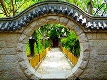 Portas redondas de pedra na montanha de Laoshan em Qingdao fotografia de stock
