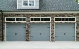 Portas residenciais da garagem do carro da casa Fotografia de Stock
