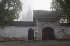 Portas santamente a trindade-Gleden da manhã enevoada do verão do monastério fotos de stock