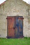 Portas velhas do ferro com oxidação e fechamento na porta no castelo de Dôvar fotos de stock royalty free