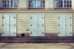 Portas velhas do palácio em Varsóvia fotografia de stock