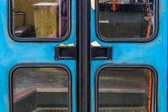 Portas velhas do vintage de um ônibus escolar, entrada retro de um veículo velho, fundo nostálgico fotos de stock