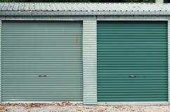 Portas verdes da garagem Fotografia de Stock Royalty Free