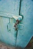 Portas verdes da garagem do ferro fotografia de stock royalty free
