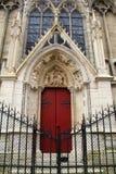 Portas vermelhas brilhantes na pedra bonita, com portas fechados na parte dianteira, Notre Dame Cathedral, Paris, França, 2016 Imagem de Stock Royalty Free