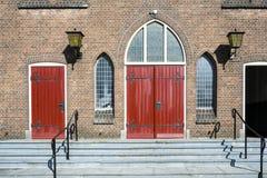 Portas vermelhas da igreja Antoniuskerk, Dordrecht, os Países Baixos fotografia de stock royalty free