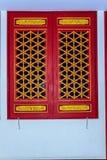 Portas vermelhas de madeira bonitas e janelas do estilo chinês com dragão Fotografia de Stock Royalty Free