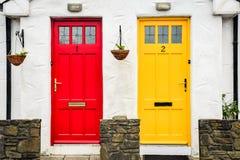 Portas vermelhas e amarelas fotos de stock royalty free