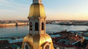 Portata aerea vicino al campanile del Peter e di Paul Fortress al tramonto nel centro storico di St Petersburg stock footage