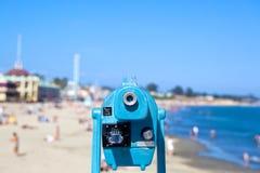 Portata blu che trascura una spiaggia Immagini Stock Libere da Diritti
