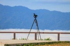 Portata del cannocchiale o di macchia di birdwatching su un treppiede fotografia stock libera da diritti