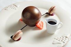 Portata di cioccolato fondente riempita di biscotto della nocciola Fotografie Stock